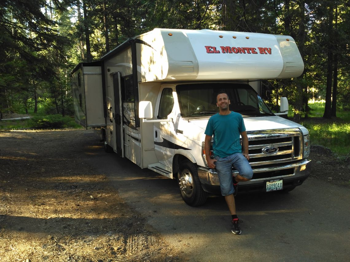 Sequoia National Park. La autocaravana en nuestra parcela en Sunset Campground. Situado en la zona del General Grant Grove.