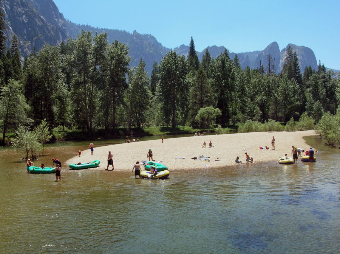 Yosemite - Playa Sentinel Beach situada en Yosemite Valley sobre el Merced River.