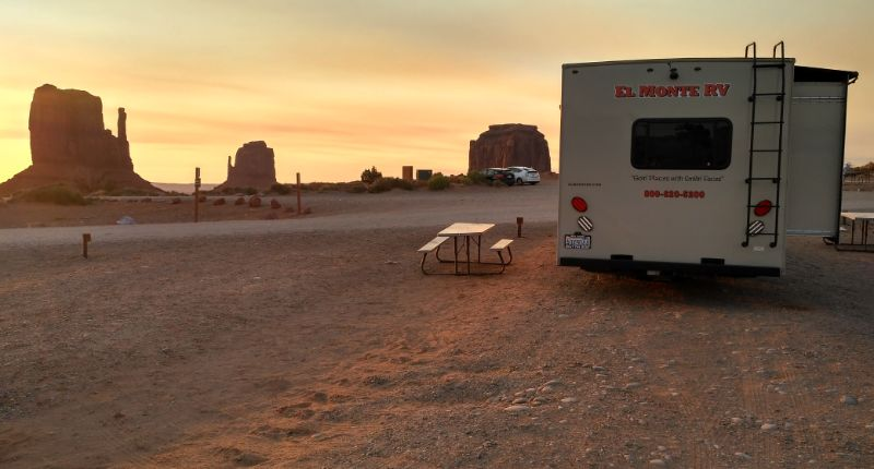 Autocaravana en Monument Valley al amanecer, Arizona.
