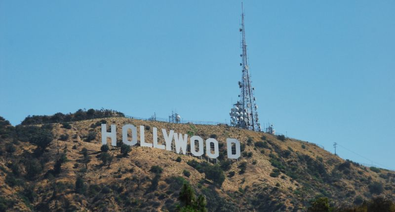 Hollywood Sign - Cartel de Hollywood visto desde Lake Hollywood Park en Los Angeles.